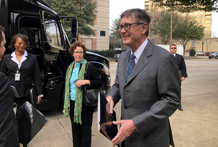 FILE PHOTO: Federal Reserve Vice Chairman Richard Clarida, boards a bus to tour South Dallas as part of a community outreach by U.S. central bankers, in Dallas, Texas, U.S., February 25, 2019.   REUTERS/Ann Saphir/File Photo