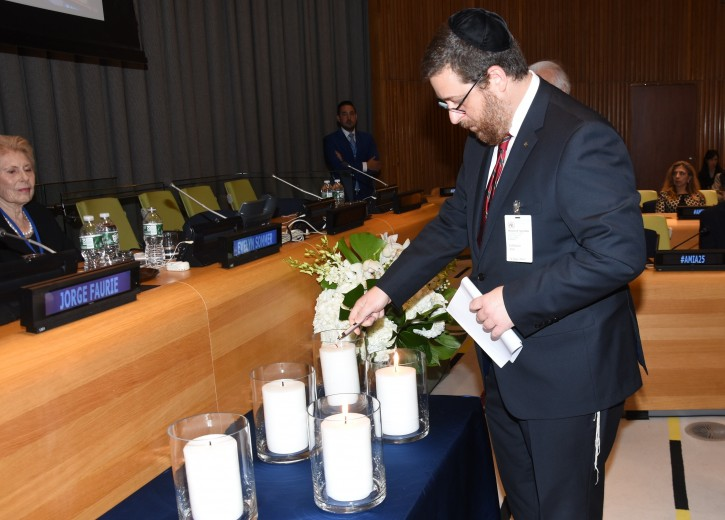 Ariel Eichbaum, President of AMIA, lights a candle in memory of the victims of the 1994 bombing. (c) Howard Wechsler / World Jewish Congress